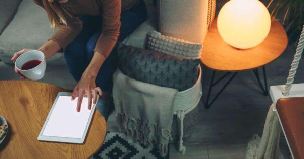 タブレットでアニメを見る女性