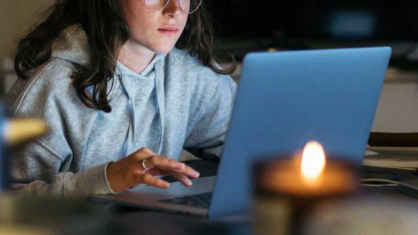パソコンでアニメを見る女性