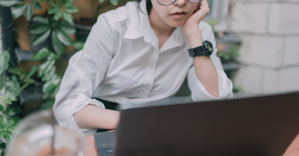 パソコンでアニメを観る女性